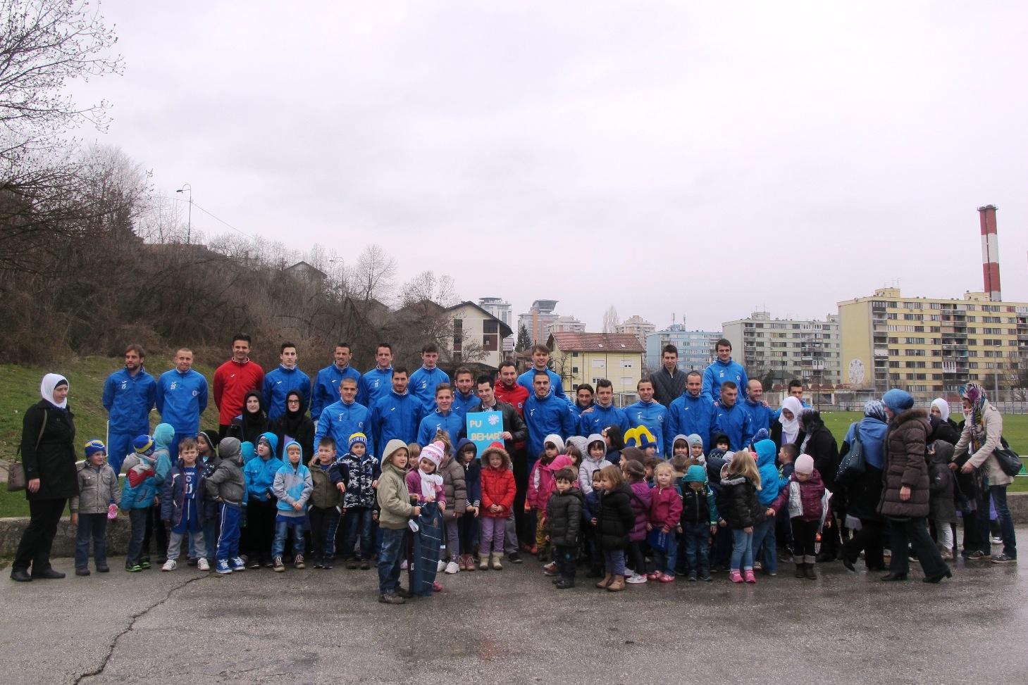 Djeca Predškolske ustanove Behar su u martu posjetila trening Plavih, a nakon istog su se fudbaleri družili sa mališanima.  Foto: Damir Hajdarbašić, fkzeljeznicar.ba