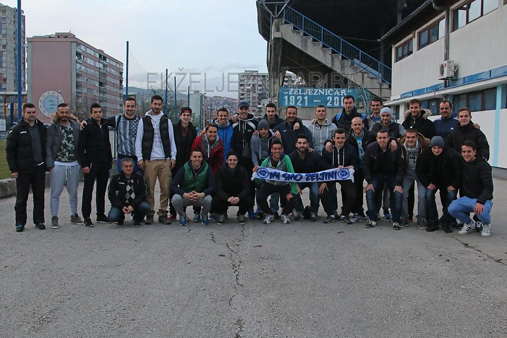 Najbolji bh. teniser i veliki navijač Plavih, Damir Džumhur, u februaru je posjetio trening svog voljenog Kluba, a fudbaleri su mu poželjeli mnogo sreće pred predstojeći turnir.  Foto: Damir Hajdarbašić, fkzeljeznicar.ba